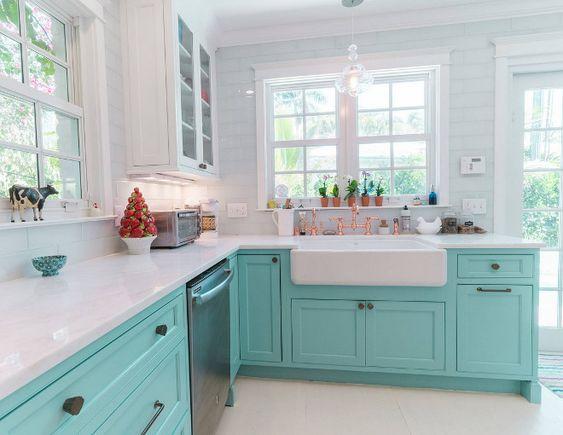 Cozinha clean com armário azul tiffany.