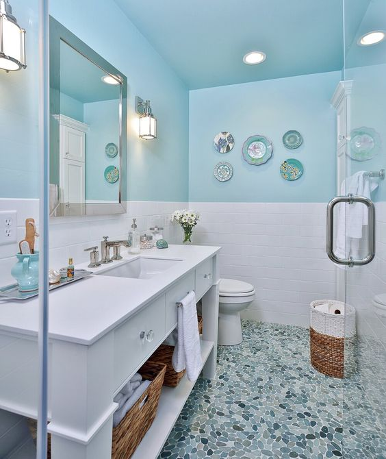 Banheiro com decoração branco e azul tiffany.