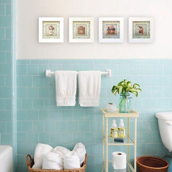 Banheiro com azulejo azul tiffany.