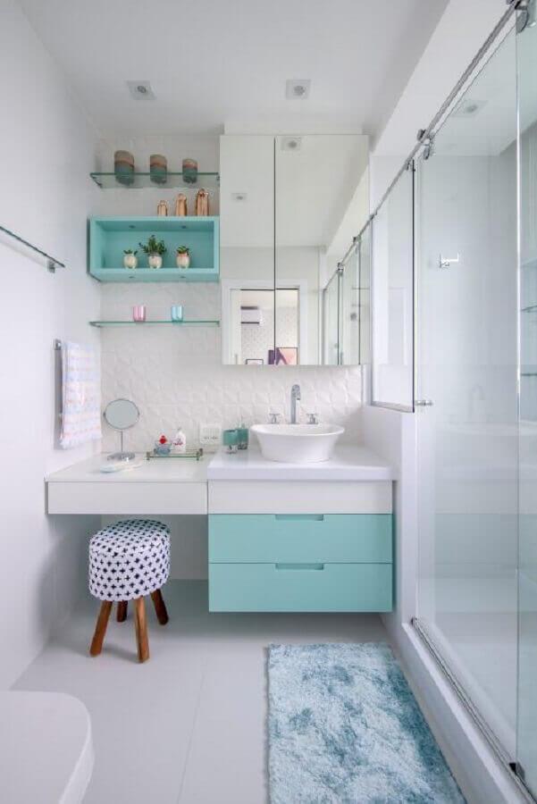 Banheiro pequeno feminino com decoração azul tiffany.