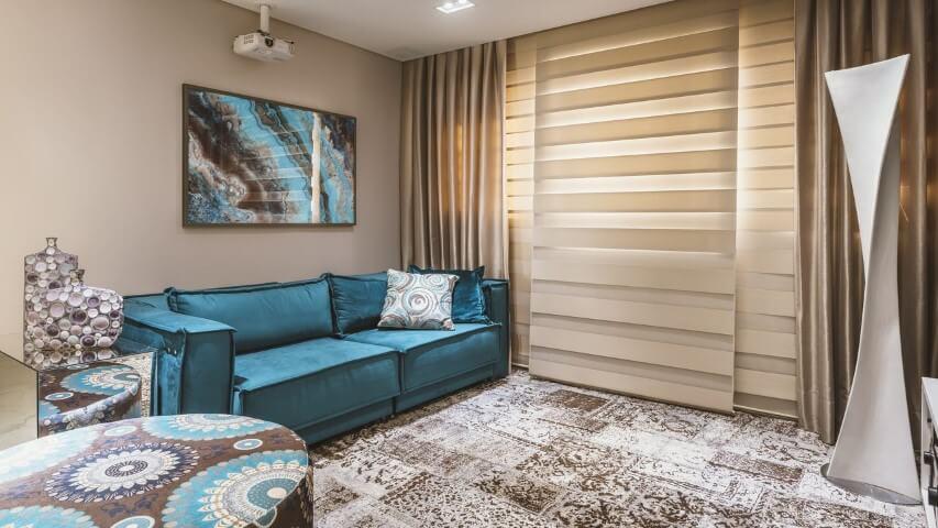Sala luxuosa com decoração azul tiffany e dourada.