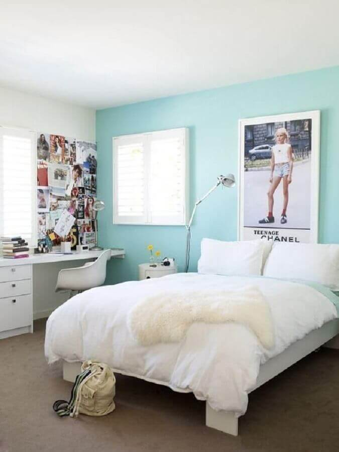 Quarto de adolescente com parede azul tiffany.