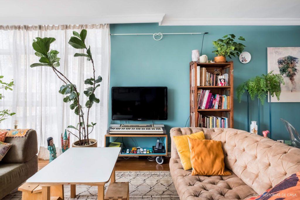Sala moderna com parede azul tiffany.