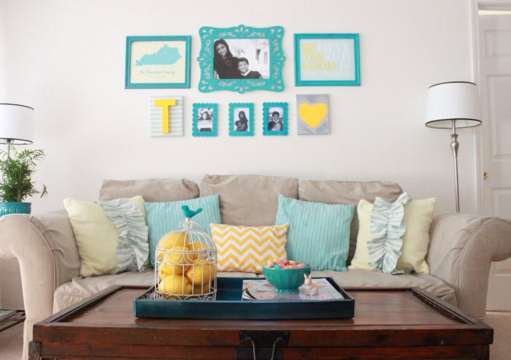 Sala com decoração neutra e azul tiffany.