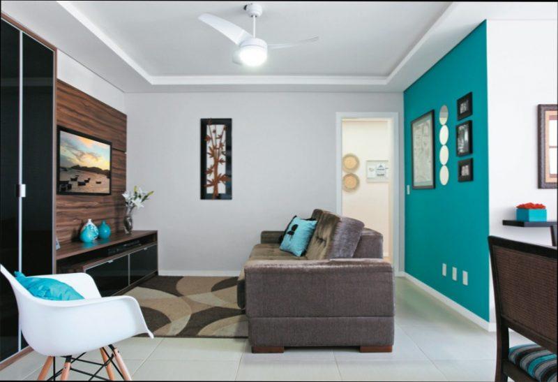 Sala pequena com parede azul tiffany.