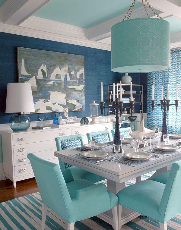 Sala de jantar luxuosa com decoração azul tiffany.