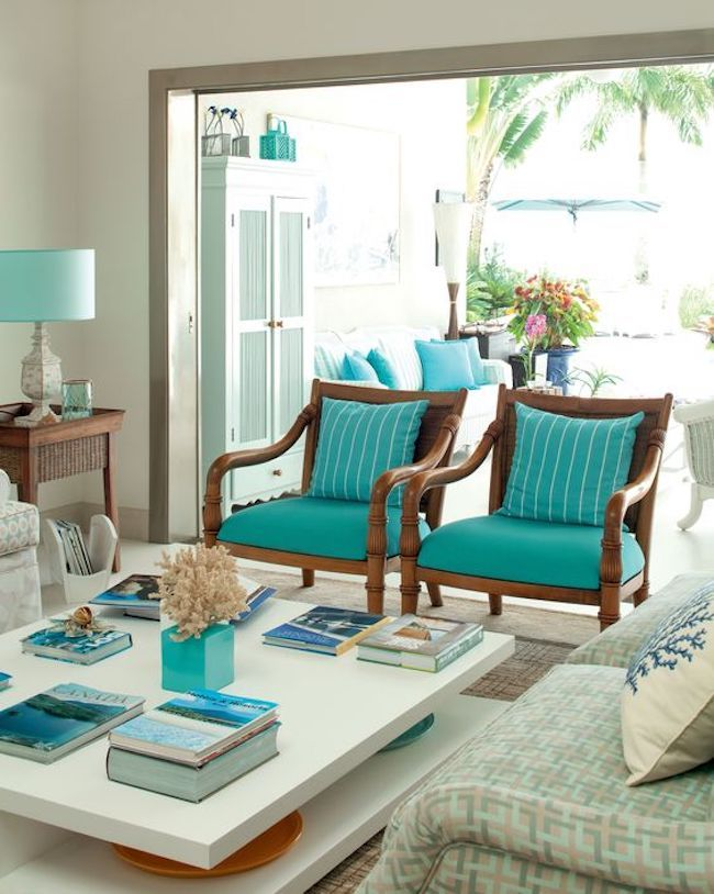 Sala luxuosa com poltronas azul tiffany.