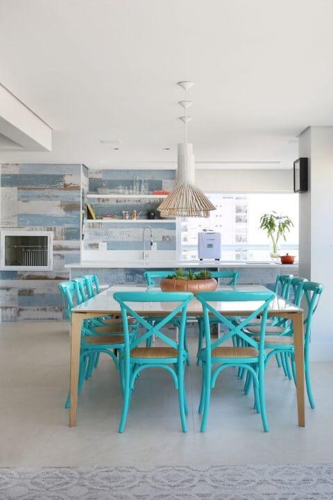 Mesa de jantar com cadeiras azul tiffany.