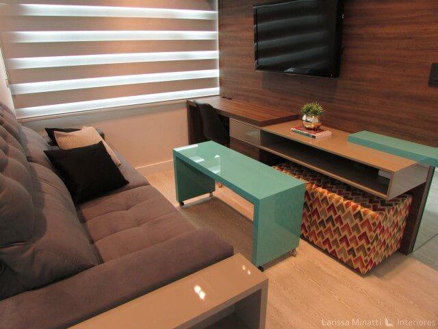 Sala pequena com mesa de centro azul tiffany.