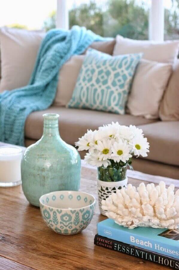 Sala com vasos e almofadas azul tiffany.