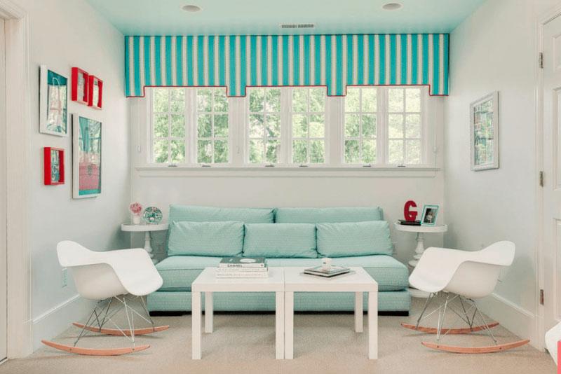 Sala moderna com sofá azul tiffany.