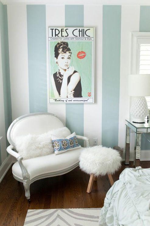Quarto feminino decorado com listras brancas e azul tiffany.
