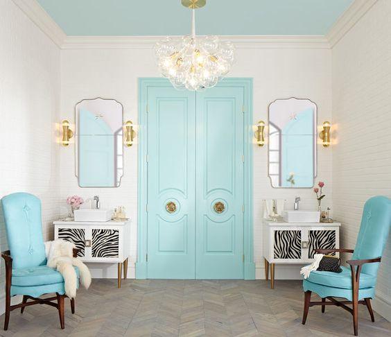 Banheiro luxuoso com porta e forro azul tiffany.