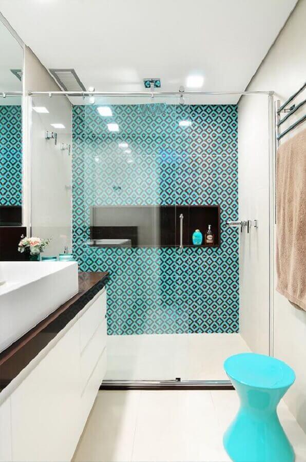 Banheiro pequeno e moderno com azulejo azul tiffany.