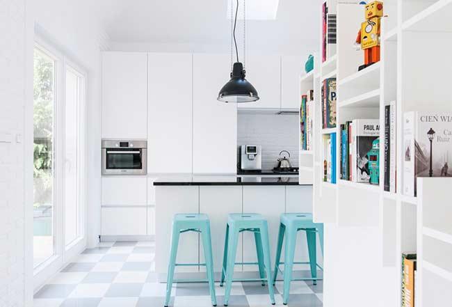 Cozinha moderna branca com banqueta azul tiffany.