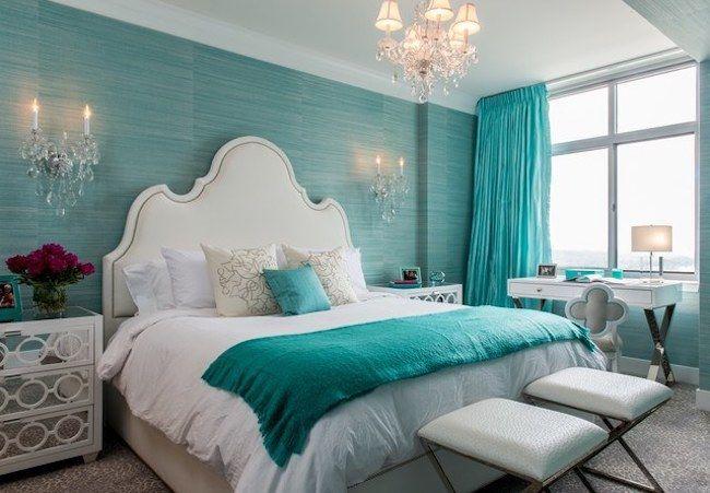 Quarto luxuoso com parede e roupa de cama azul tiffany.