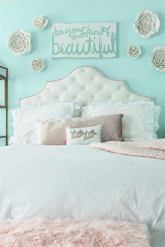 Quarto romântico com decoração branca e azul tiffany.