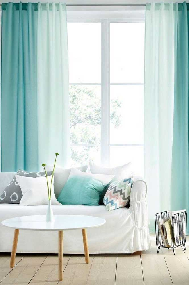 Sala clean com cortina azul tiffany.