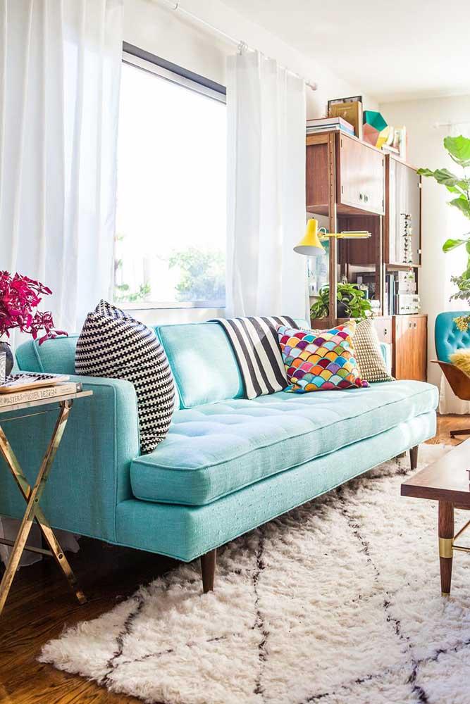Sala tumblr com sofá azul tiffany e almofada colorida.