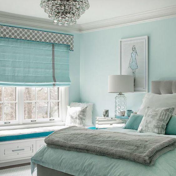 Quarto luxuoso feminino com parede e roupa de cama azul tiffany.