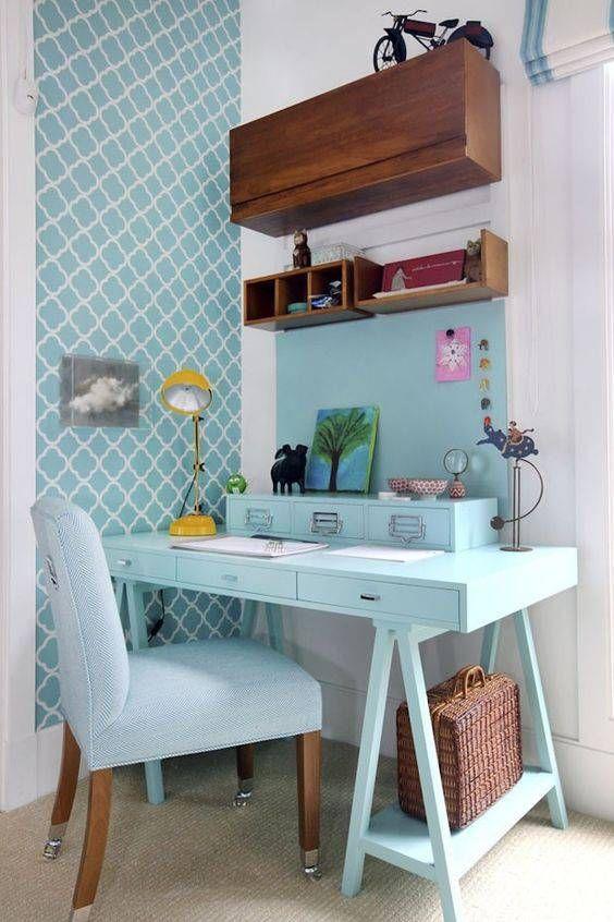 Escritório com escrivaninha e papel de parede azul tiffany.