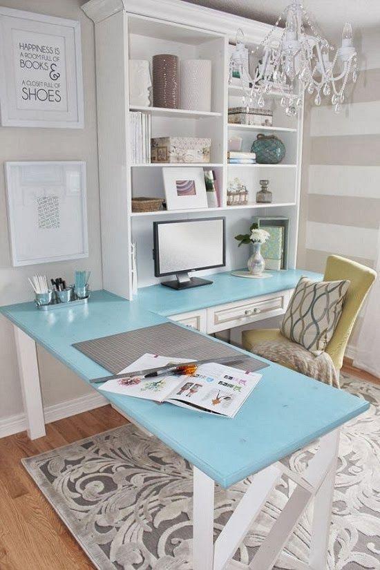 Escritório com mesa em L e decoração delicada.