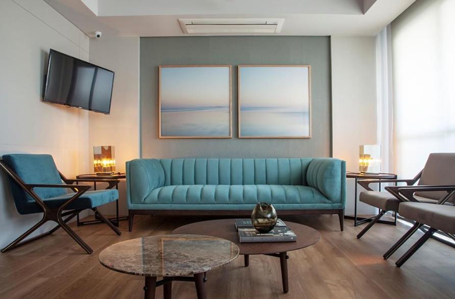 Sala moderna com decoração neutra e móveis minimalistas.