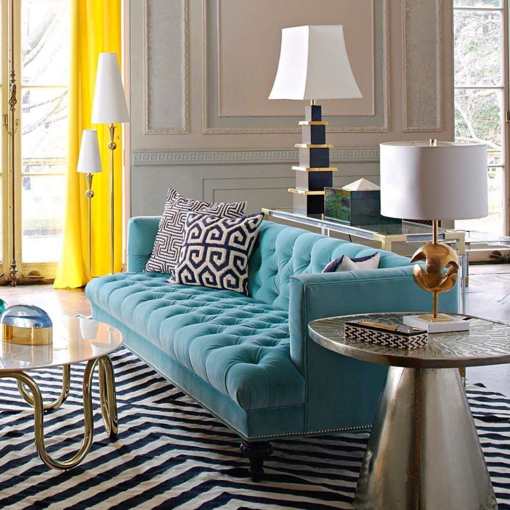 Sala luxuosa com cortina amarela.