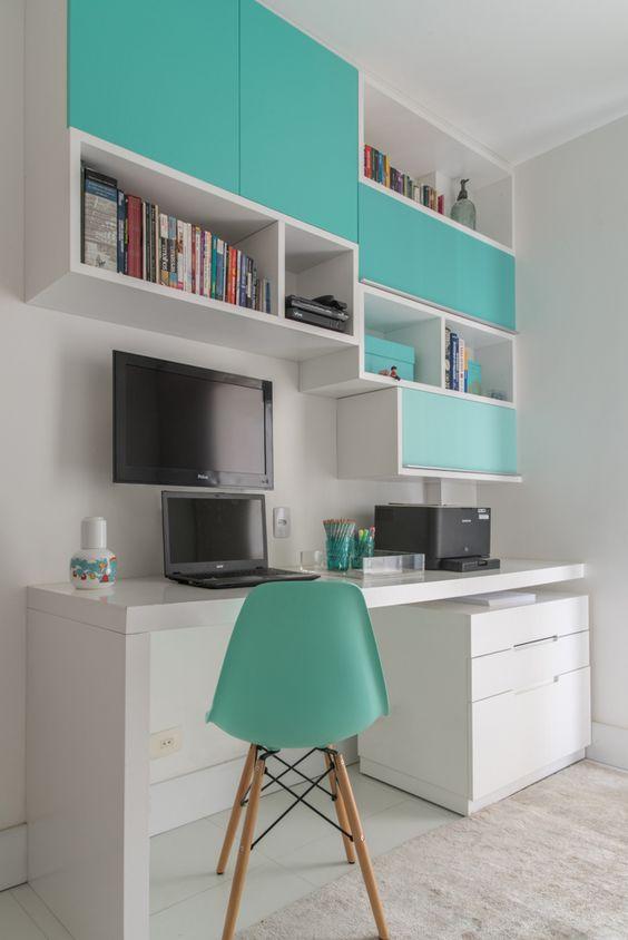 Escritório com armários suspensos e mesa branca.