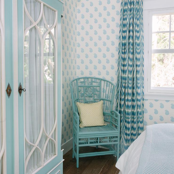 Decoração com poltrona e cortina colorida.