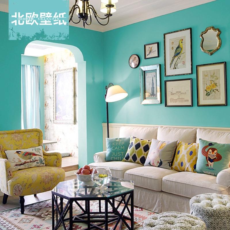 Sala de estar decorada com poltrona amarela.