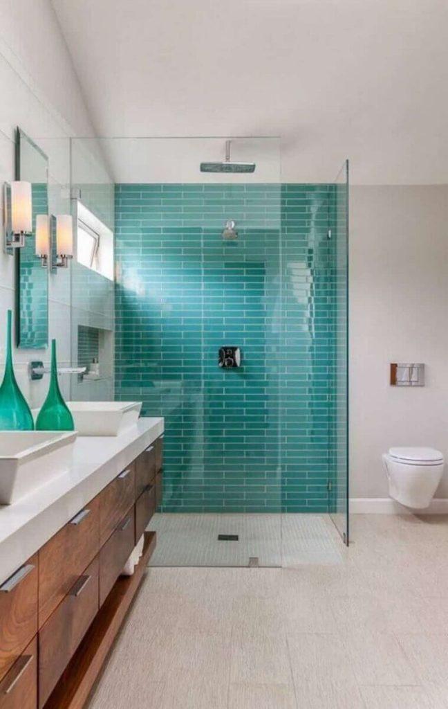 Banheiro moderno com pia dupla.