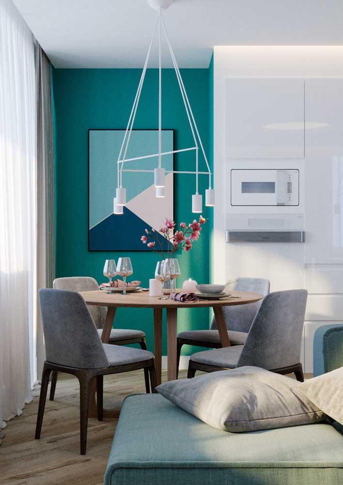 Sala de jantar com mesa redonda.