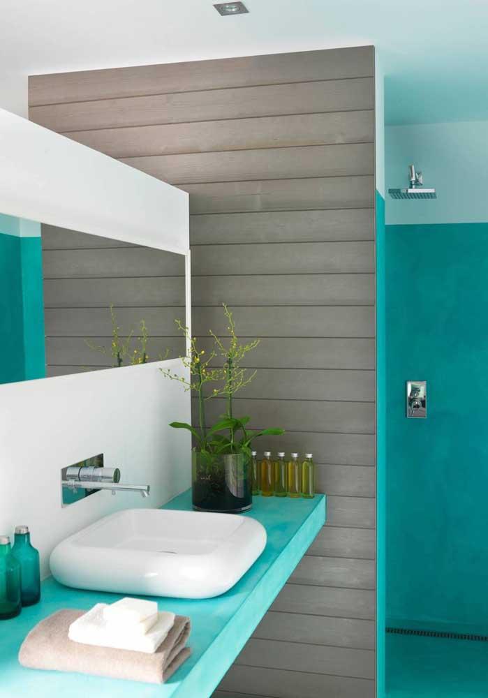 Banheira com decoração moderna e cuba arredondada.