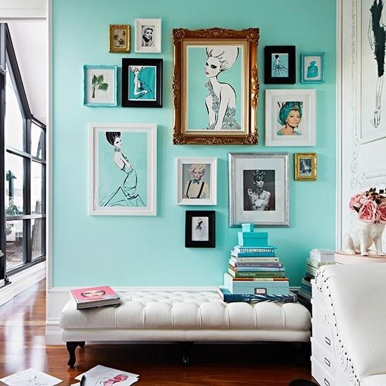 Sala decorada com quadros e ilustrações.