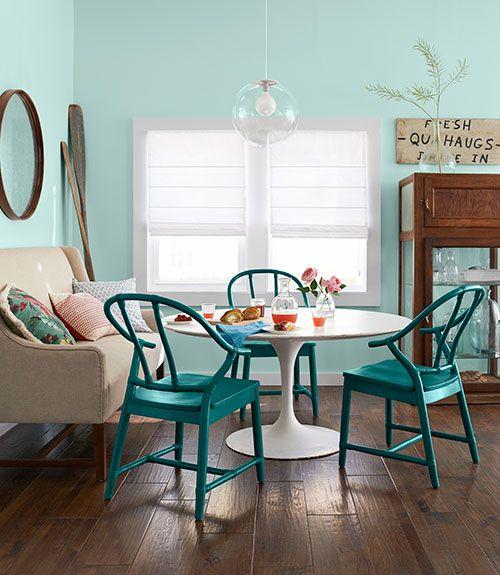 Sala moderna com mesa redonda e sofá neutra.