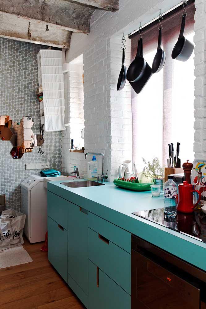 Cozinha pequena com armário minimalista.