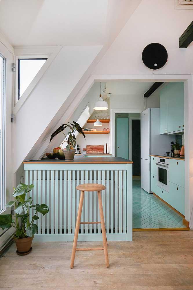 Cozinha americana moderna com bancada de madeira.