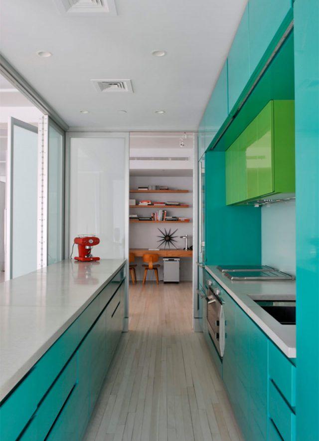 Cozinha americana pequena com armário moderno.