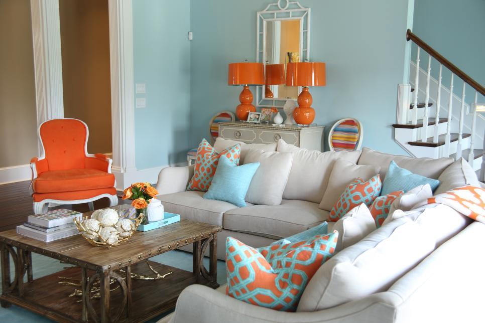 Sala luxuosa com poltrona laranja.