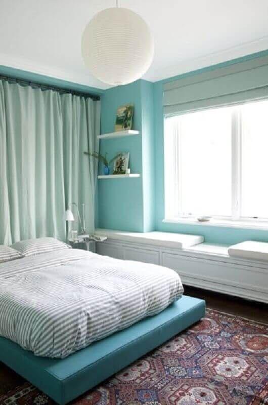 Quarto de casal moderno com cama de futton.