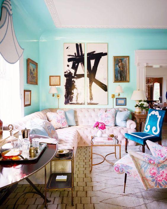 Sala moderna com sofá rosa bebê.