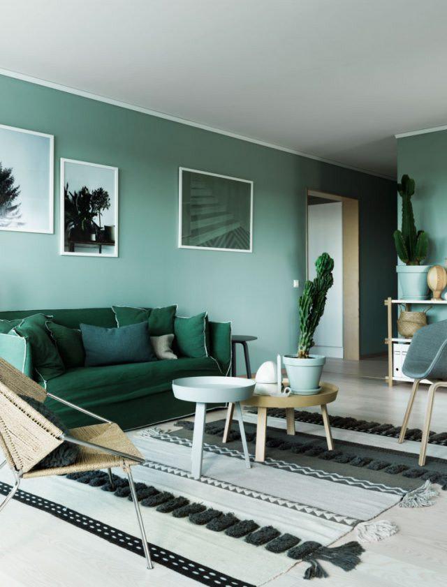 Combinação de cores com tonalidades de verde na sala.