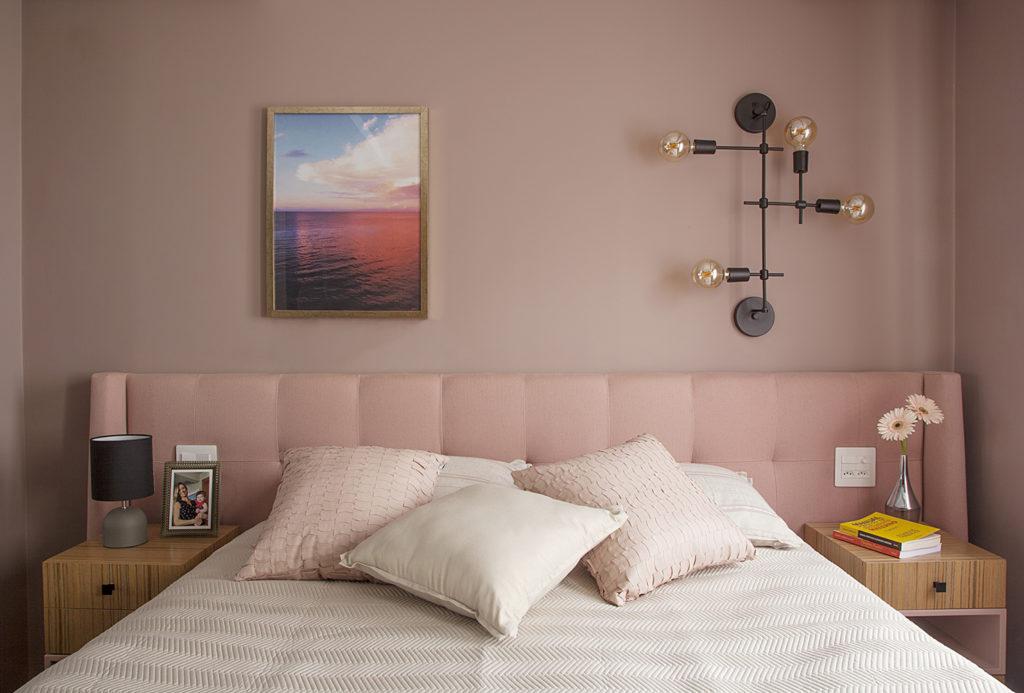 Quarto moderno decorado com combinação de cores rosas.