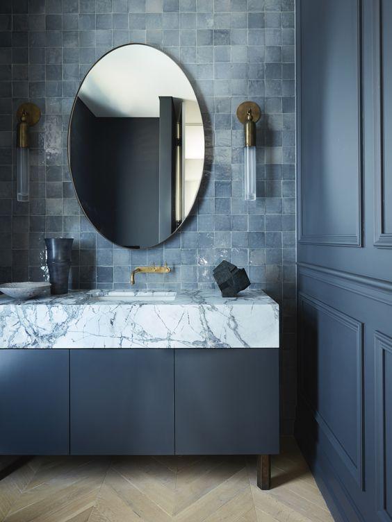 Banheiro moderno com combinação de cores azuis.