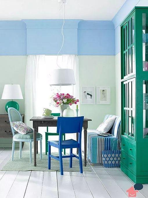 Sala de jantar com combinação de cores análogas azul e verde.