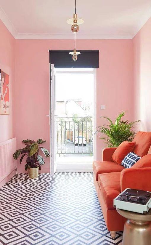Sala pequena decorada com combinação de cores análogas.