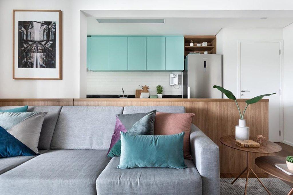 Sala e cozinha americana com combinação de cores análogas claras.