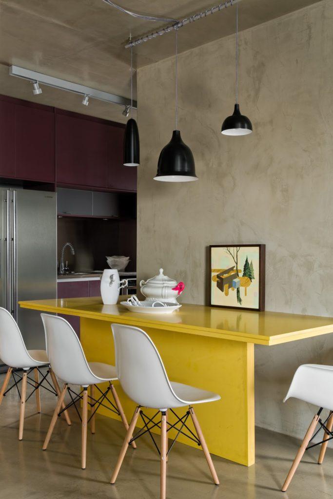 Cozinha moderna com combinação de cores roxa e amarela.