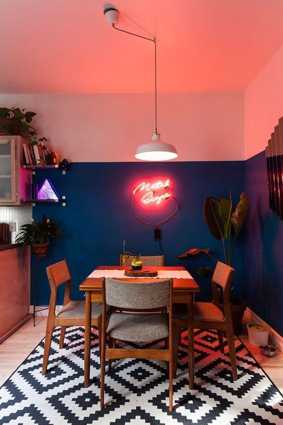 Sala de jantar com combinação de cores auzl e rosa.
